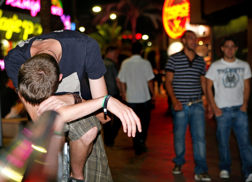 25. LLORET DE MAR, HISZPANIA - SIERPIEŃ: Tak również może zakończyć się nocna impreza. (Foto: Cate Gillon/Getty Images)