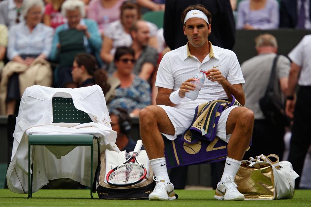 23. LONDYN, WIMBLEDON, ANGLIA: Roger Federer (Szwajcaria) odpoczywa w przerwie spotkania z Yen-Hsun Lu (Tajwan). (Foto: Clive Brunskill/Getty Images)