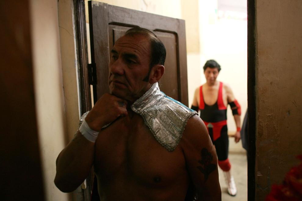 22. EL ALTO, BOLIWIA: Luchadores po zejściu z ringu. Luchadores są szczególnie popularni wśród mieszkańców El Alto. (Foto: Spencer Platt/Getty Images)