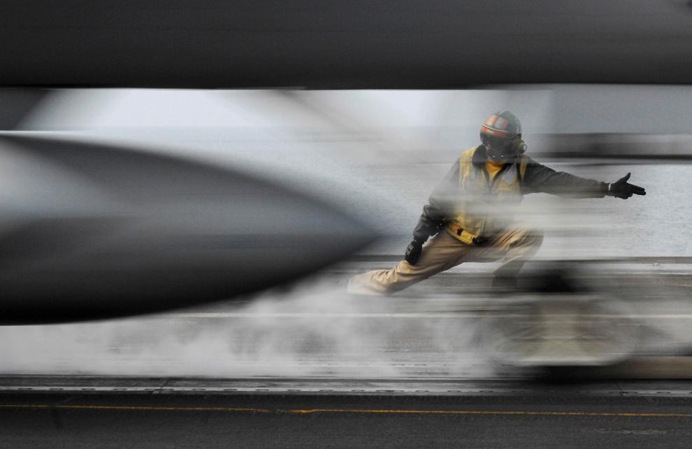 24. LOTNISKOWIEC USS HARRY S. TRUMAN: Start myśliwca szturmowego F/A-18 Hornet z pokładu lotniskowca klasy Nimitz, o napędzie atomowym, USS Harry S. Truman. AFP PHOTO/HO/US NAVY