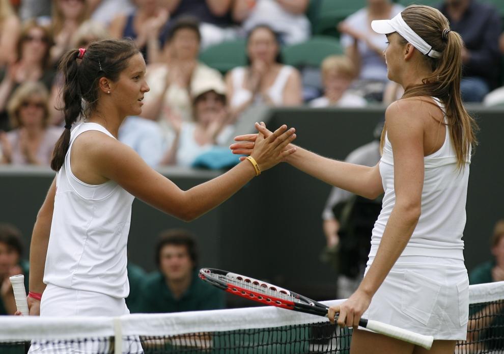 24. LONDYN, WIMBLEDON, ANGLIA: Daniela Hantuchova (Słowacja) odbiera gratulacje od pokonanej Laury Robson (Wielka Brytania). AFP PHOTO / GLYN KIRK