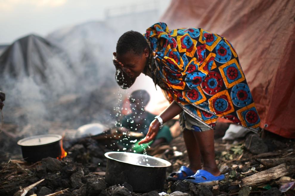 24. DEMOKRATYCZNA REPUBLIKA KONGA, GOMA: Kobieta obmywa się w obozie dla uchodźców na przedmieściach Goma. (Foto: Uriel Sinai/Getty Images)