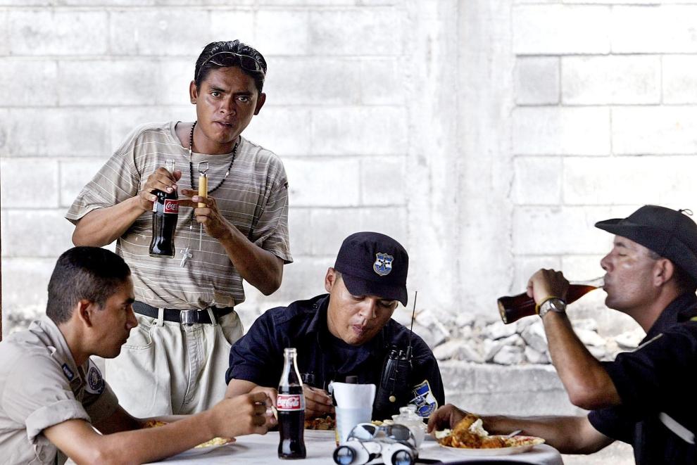 """26. SALWADOR: Były członek """"Mara 18"""", Cri-Cri, pracujący jako kelner w restauracji w Conchalio. AFP PHOTO/Yuri CORTEZ"""