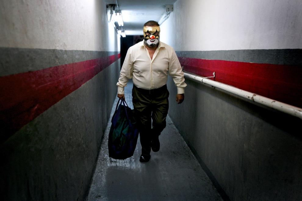 """24. TIJUANA, MEKSYK: Zapaśnik o przydomku """"The Ninja"""", opuszcza arenę w założonej masce. (Foto: Donald Miralle/Getty Images)"""