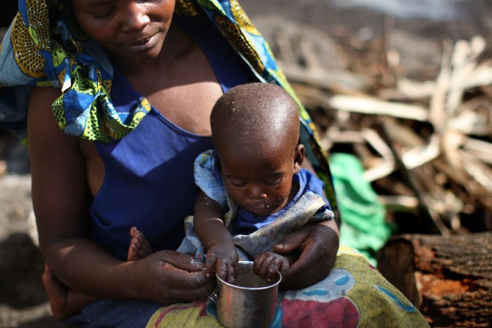 25. DEMOKRATYCZNA REPUBLIKA KONGA, GOMA: Kobieta przebywająca w obozie Kibati karmiąca swoje małe dziecko. (Foto: Uriel Sinai/Getty Images)