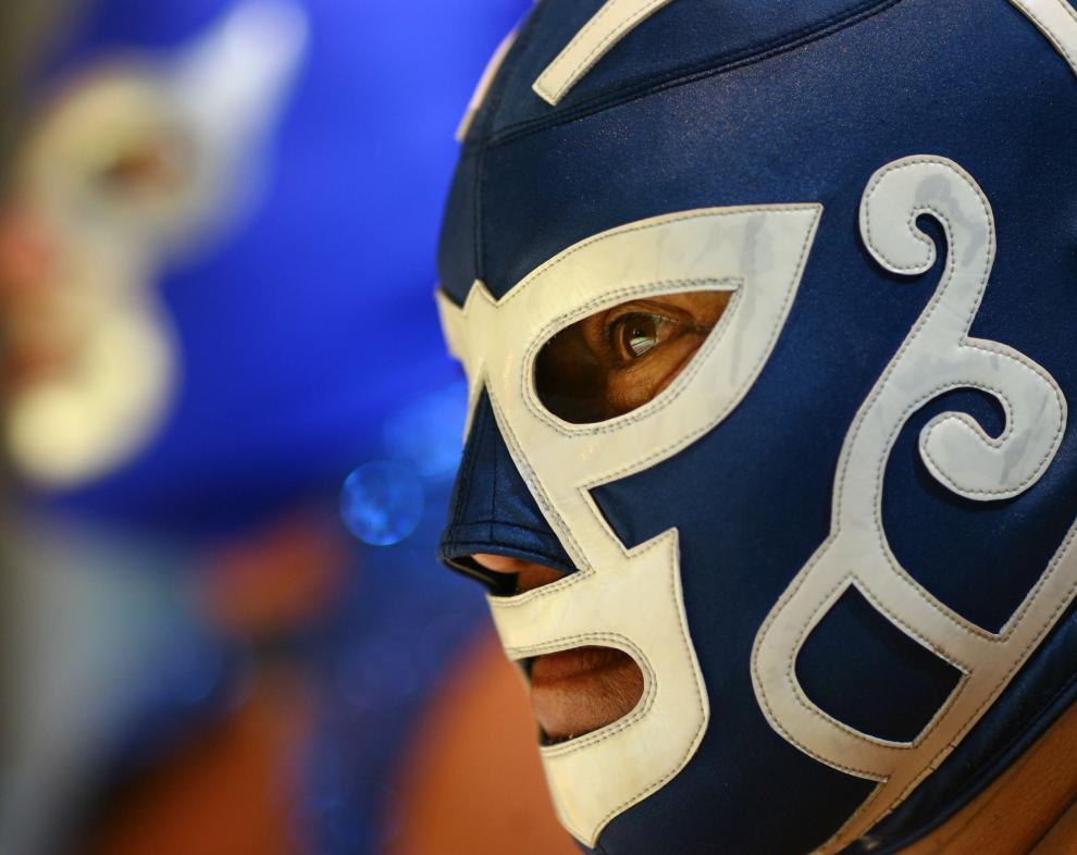 25. LONDYN, ANGLIA: Huricane (ang. Huragan), taki przydomek nosi pozujący luchador. AFP PHOTO / BEN STANSALL