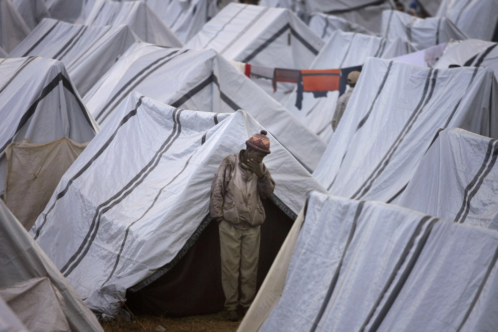 26. KENYA, ELDORET: Uchodźca stojący pośród namiotów rozbitych w Eldoret. (Foto: Uriel Sinai/Getty Images)