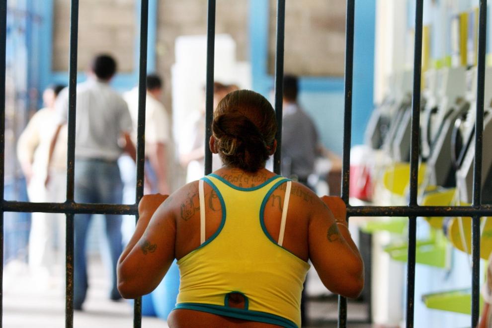 """27. SALWADOR: Skazana za przynależność do gangu, morderstwo, napad oraz przemyt narkotyków, spogląda na dziedziniec zakładu karnego """"Rosa Virginia Pelletier"""". AFP PHOTO/Jose CABEZAS"""