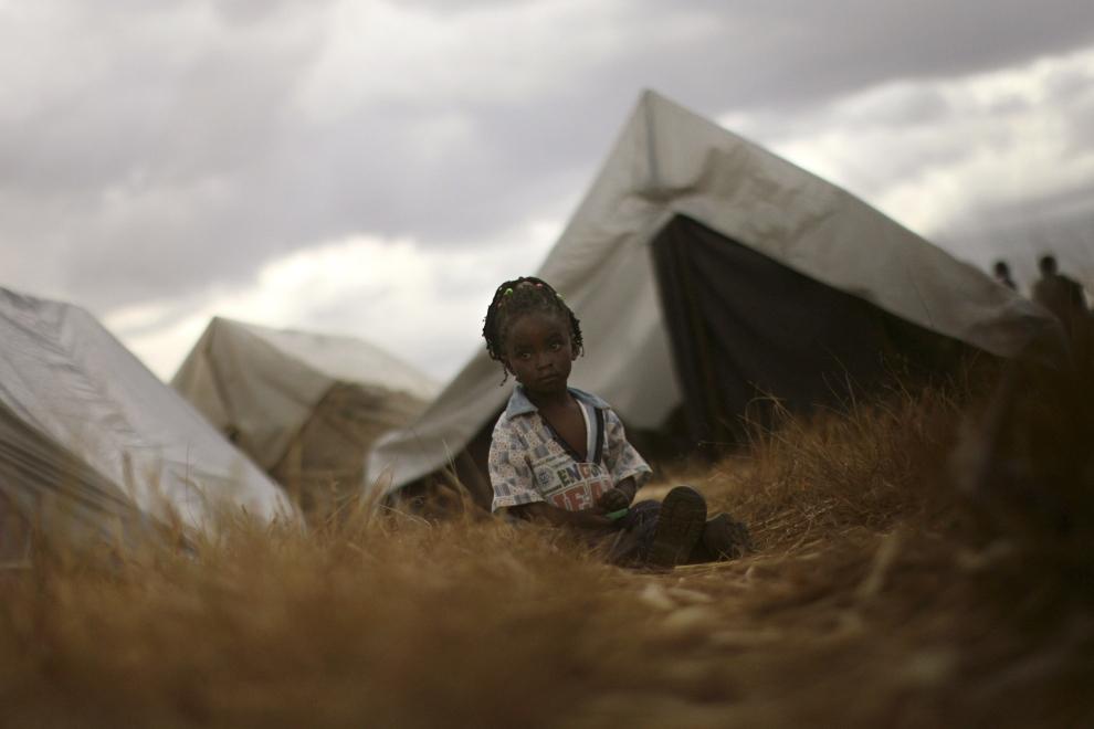 27. KENYA, ELDORET: Dziewczynka siedząca między namiotami obozu dla uchodźców w Eldoret. (Foto: Uriel Sinai/Getty Images)