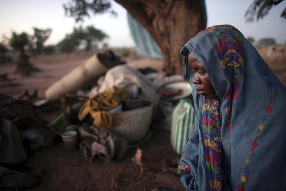 28. CZAD, GOZ BEIDA: Kobieta ze wsi Chadian szuka schronienia w prowizorycznym obozie dla uchodźców w Goz Beida. (Foto: Marco Di Lauro/Getty Images)