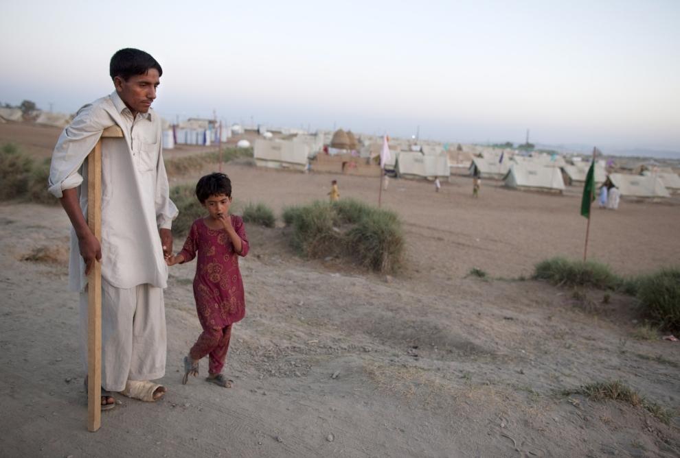 2. PAKISTAN, SWABI: Alam Zeb wraz z siostrą udają się do swojego namiotu. Znaleźli się w obozie dla uchodźców z powodu operacji militarnej przeciw siłom Talibanu. (Foto: Paula Bronstein /Getty Images)