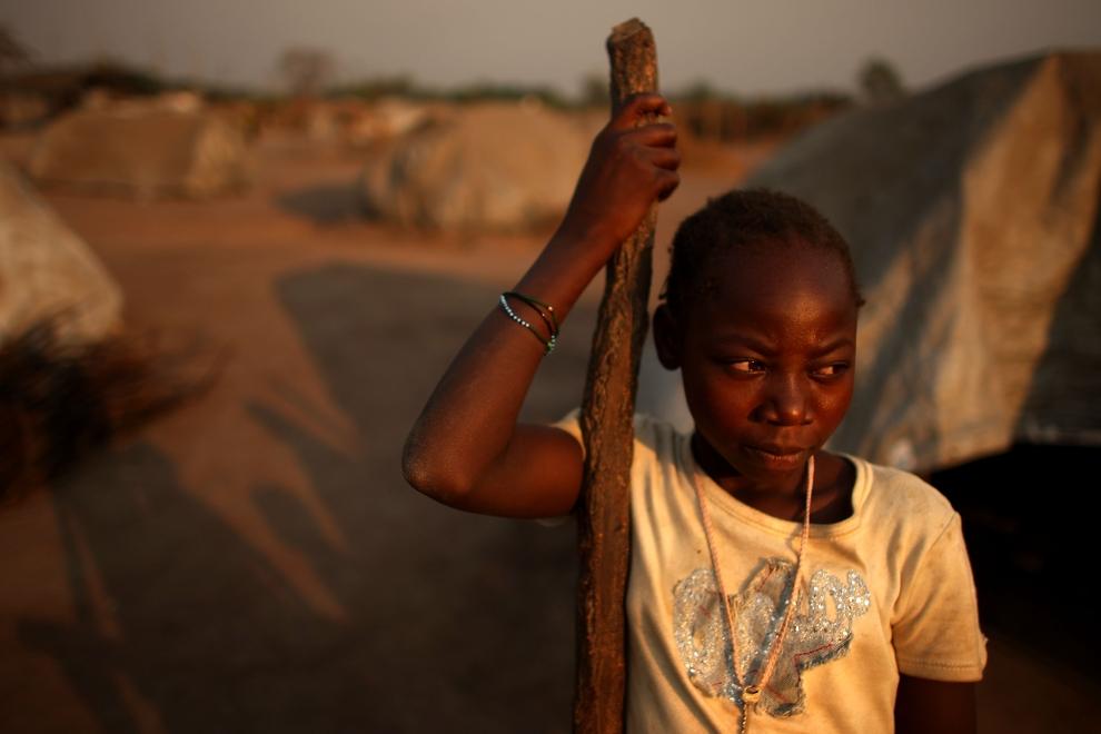 29. REPUBLIKA ŚRODKOWOAFRYKAŃSKA, KABO: Dziewczynka z obozu dla uchodźców w Kabo, w którym znalazło schronienie ponad 2300 osób. (Foto: Spencer Platt/Getty   Images)