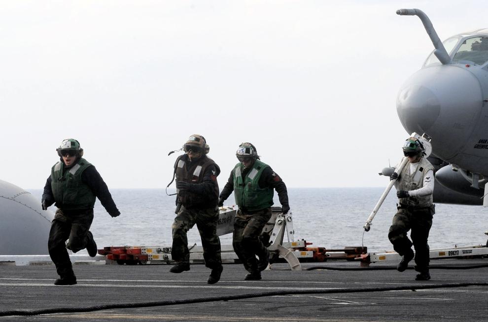 29. LOTNISKOWIEC USS NIMITZ: Załoga USS Nimitz CVN 68 przebiega po pokładzie lotniskowca podczas ćwiczeń. AFP PHOTO/POOL/JUNG YEON-JE
