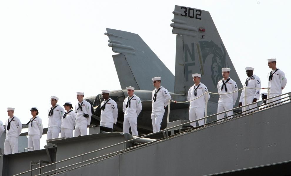 30. LOTNISKOWIEC USS GEORGE WASHINGTON: Lotniskowiec USS George Washington wpływa do bazy morskiej Yokosuka. (Foto: Junko Kimura/Getty Images)