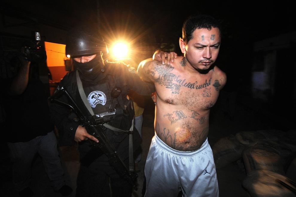 """4. SALWADOR: Aresztowanie członka gangu """"Mara Salvatrucha"""" (""""MS – 13"""") w miejscowości Santa Tecla. AFP PHOTO/Jose CABEZAS"""