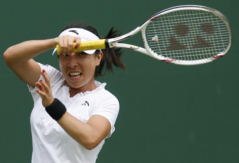 3. LONDYN, WIMBLEDON, ANGLIA: Zheng Jie (Chiny) odbija piłkę do Kristiny Barrois (Niemcy). AFP PHOTO / GLYN KIRK