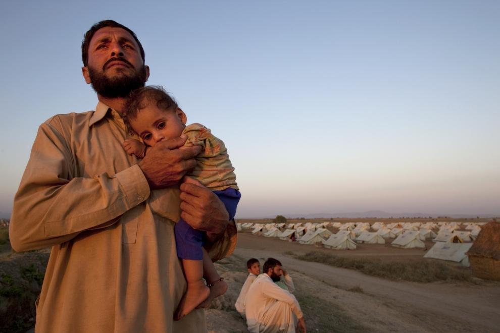 3. PAKISTAN, SWABI: Mirafaisal trzyma na rękach swego małego syna, Safiullah'a. (Foto: Paula Bronstein /Getty Images)