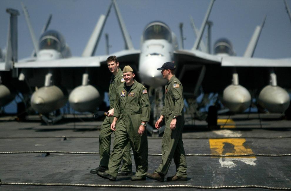 4. LOTNISKOWIEC USS ABRAHAM LINCOLN : Piloci samolotów F/A-18 Hornet na pokładzie USS Abraham Lincoln. AFP PHOTO/Dita Alangkara/POOL