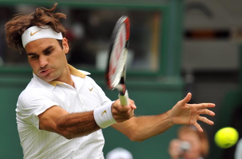 4. LONDYN, WIMBLEDON, ANGLIA: Roger Federer (Szwajcaria) w spotkaniu z Yen-Hsun Lu (Tajwan). AFP PHOTO / CARL DE SOUZA