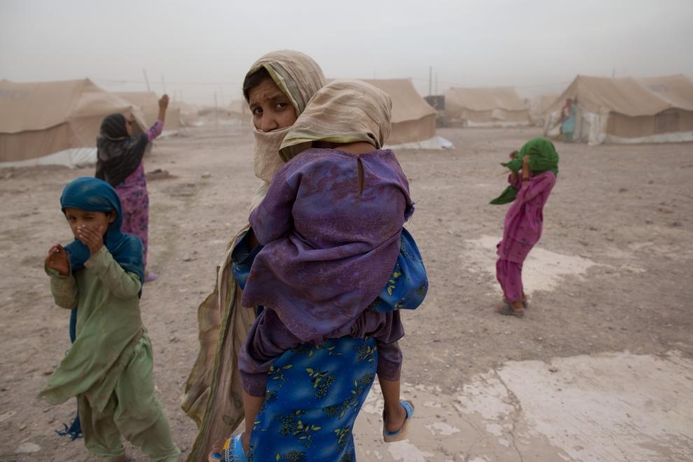 4. PAKISTAN, JALOZAI: Uchodźcy starają się chronić przed silnym wiatrem i unoszonym drobnym piaskiem. (PFoto: Paula Bronstein /Getty Images)