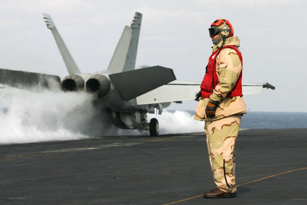 5. LOTNISKOWIEC USS NIMITZ, KOREA POŁUDNIOWA: Start samolotu F-18 Super Hornet z pokładu lotniskowca USS Nimitz. (Foto: Chung Sung-Jun/Getty Images)