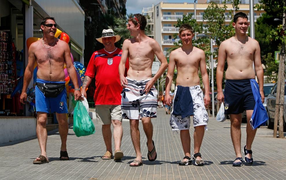 6. LLORET DE MAR, HISZPANIA - SIERPIEŃ: Angielscy turyści przechadzają się ulicami Lloret de Mar. (Foto: Cate Gillon/Getty Images)