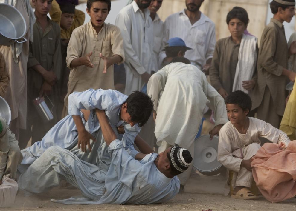 5. PAKISTAN, SWABI: Wielogodzinne oczekiwanie na żywność wywołuje wiele napięć, które często kończą się bójkami. (Foto: Paula Bronstein /Getty Images)