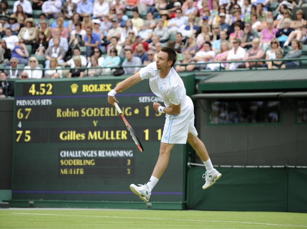 6. LONDYN, WIMBLEDON, ANGLIA: Robin Soderling (Szwajcaria) gra z Gilles'em Muller'em (Luksemburg). AFP PHOTO/ADRIAN DENNIS