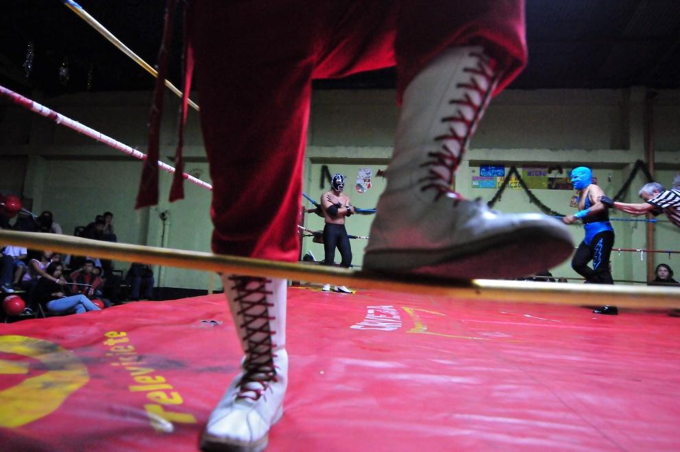 6. GWATEMALA, GWATEMALA: Walka odbędzie się na parkingu, na którym ustawiony został ring. AFP PHOTO/Eitan ABRAMOVICH