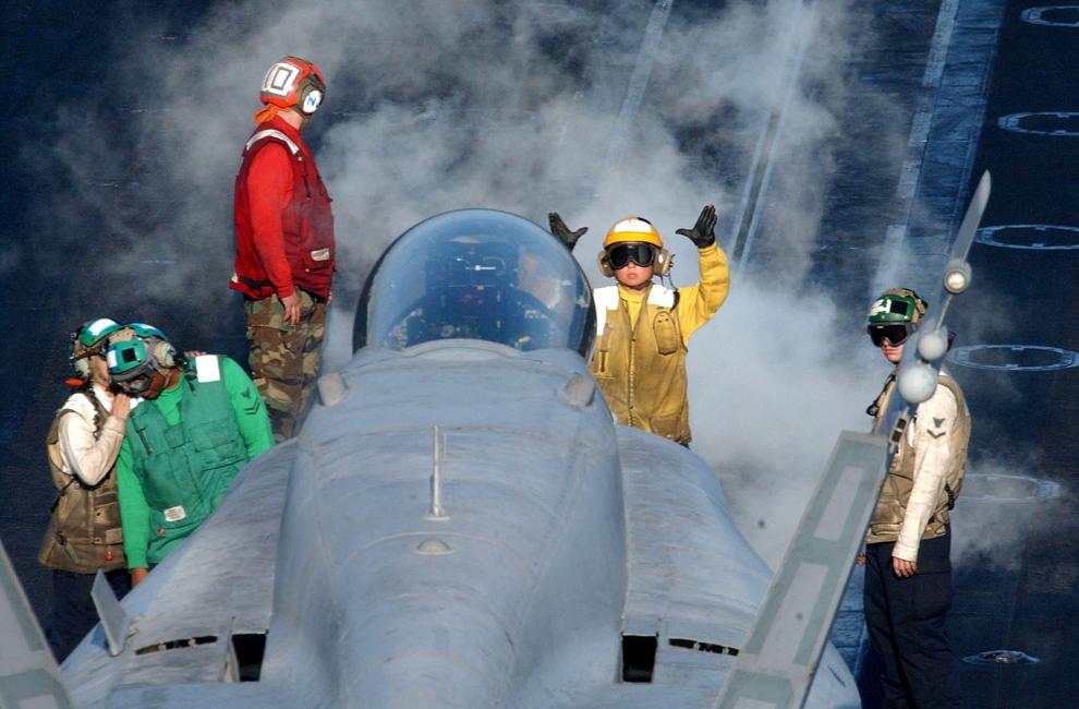 6. LOTNISKOWIEC USS THEODORE ROOSEVELT: Naprowadzanie samolotu F/A-18 Hornet na pas startowy lotniskowca USS Theodore Roosevelt. (U.S. Navy Foto: Johnny Bivera/Getty Images)