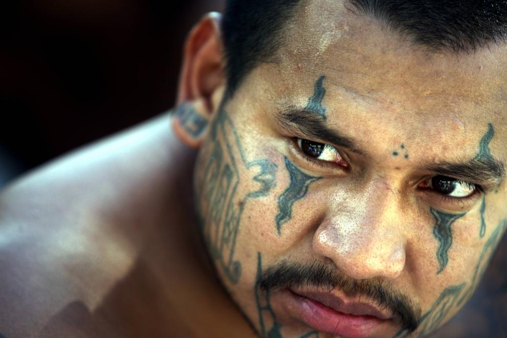 "7. SALWADOR: Aresztowany członek ""Mara Salvatrucha"". AFP PHOTO/Yuri CORTEZ"