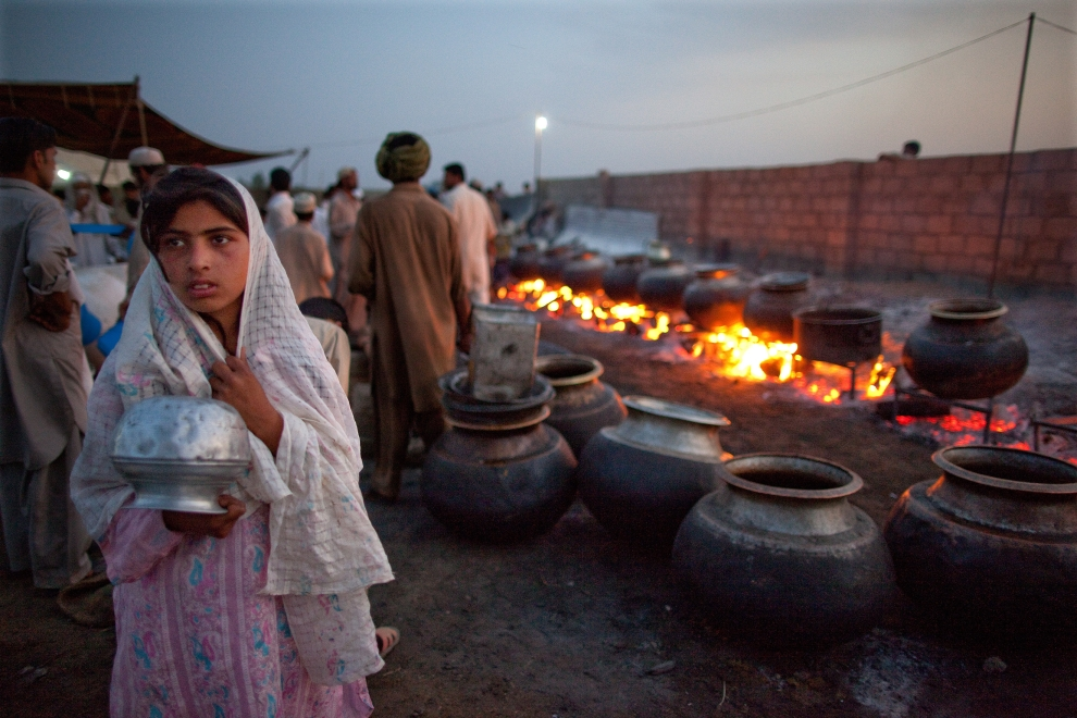 6. PAKISTAN, SWABI: Pakistańska kobieta trzyma naczynie w którym chce ugotować ryż po tym, jak wyczerpały się zapasy chleba w obozowej kuchni. (Foto: Paula   Bronstein/Getty Images)