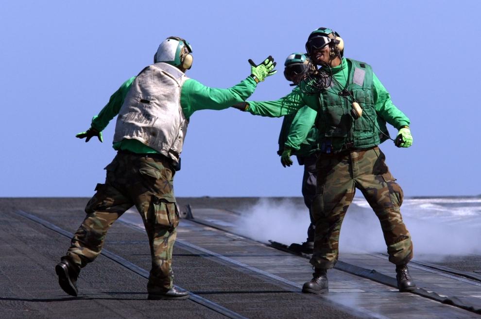 7. LOTNISKOWIEC USS CONSTELLATION  Po wielomiesięcznej misji, z pokładu USS CONSTELLATION, wystartował ostatni myśliwiec. Okręt wraz z załogą będzie kierował się do macierzystego portu. (Foto: Justin Sullivan/Getty Images)