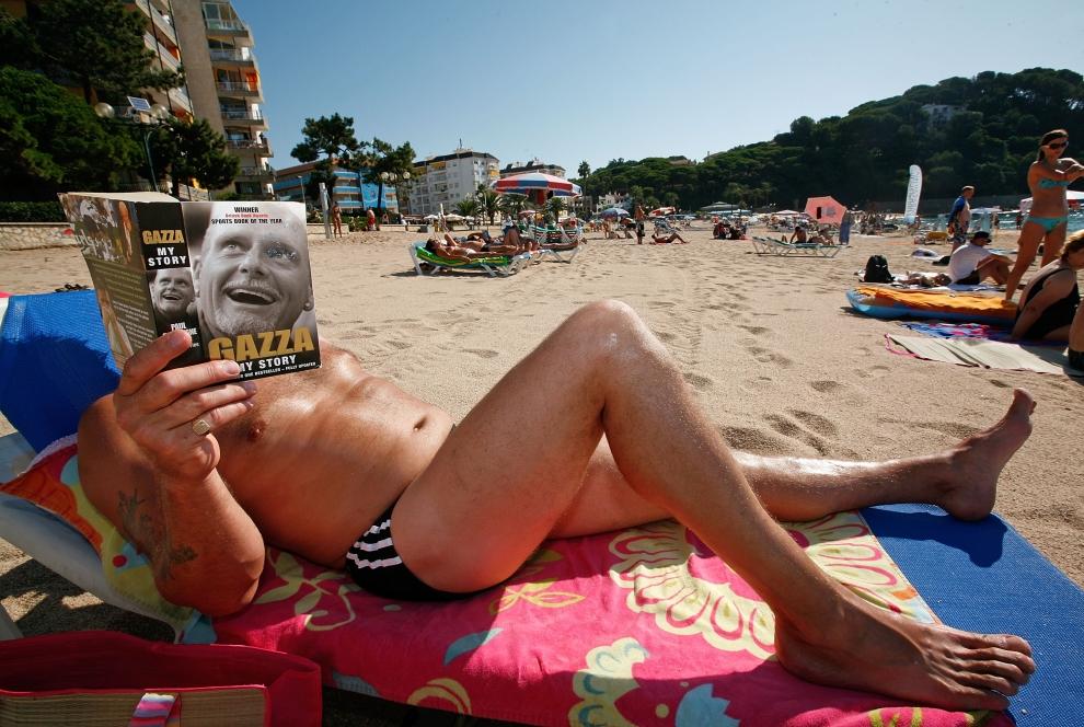 8.  LLORET DE MAR , HISZPANIA - SIERPIEŃ: Turysta z Oxfordshire czyta na plaży książkę o Paul'u Gascoigne aka Gazza. (Foto: Cate Gillon/Getty Images)