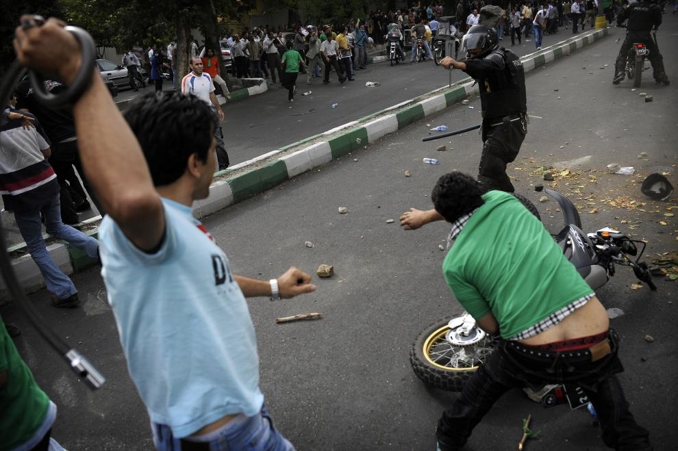 8. IRAN, Teheran, 13 czerwca 2009: Bezpośrednia walka między protestującymi a policją. AFP PHOTO/OLIVIER LABAN-MATTEI