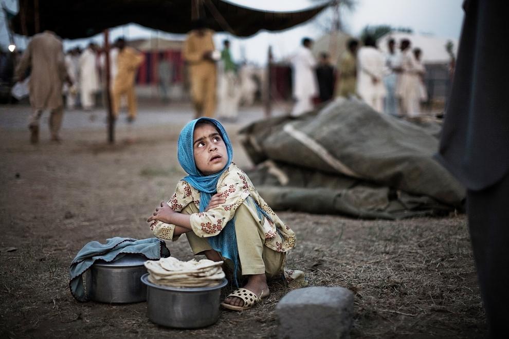 8. PAKISTAN, SWABI: Dziecko, które znalazło się w obozie dla uchodźców z powodu operacji armii Pakistańskiej przeciw Talibom, odpoczywa po odebraniu dziennej racji żywności. (Foto: Daniel Berehulak/Getty Images)