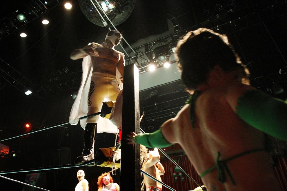 8. LOS ANGELES, USA: Podobnie jak w boksie, luchadores często pojawiają się w towarzystwie kobiet. (Foto: David McNew/Getty Images)