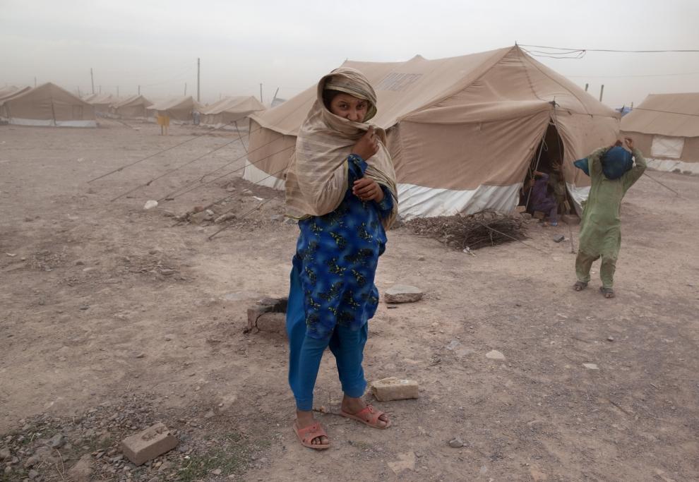 9. PAKISTAN, JALOZAI: Poruszanie się wśród namiotów utrudnia silny wiatr. (Foto: Paula Bronstein /Getty Images)