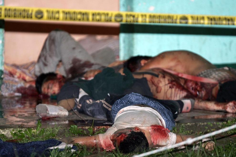 """GWATEMALA: Zwłoki dwunastu członków """"Mara 18"""" zabitych w walkach z """"Mara Salvatrucha"""". AFP PHOTO/Orlando SIERRA"""