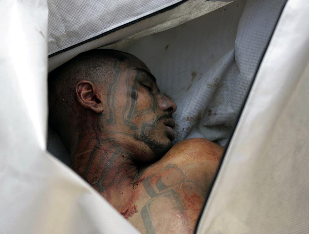 "GWATEMALA: Ciało członka ""Mara Salvatrucha"" w kostnicy w El Boqueron. AFP PHOTO / Orlando SIERRA"