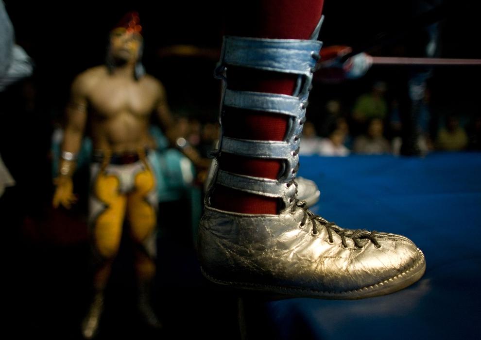 9. PUEBLO, MEKSYK: Złote buty luchador'a stojącego na brzegu ringu przed rozpoczęciem walki. (Foto: Paula Bronstein/Getty Images)