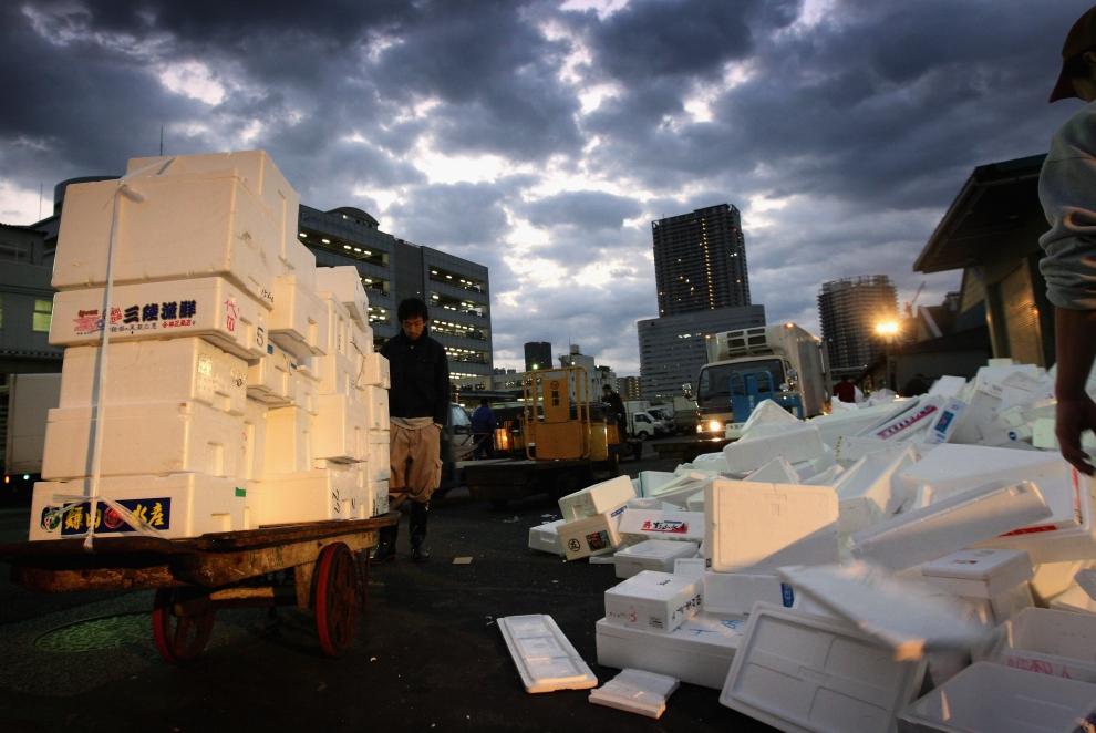 8. TOKIO - TARG RYBNY TSUKIJI: Zaplecze targu pełne jest pojemników do przechowywania sprzedawanych produktów. (Foto: Chris Jackson/Getty Images)