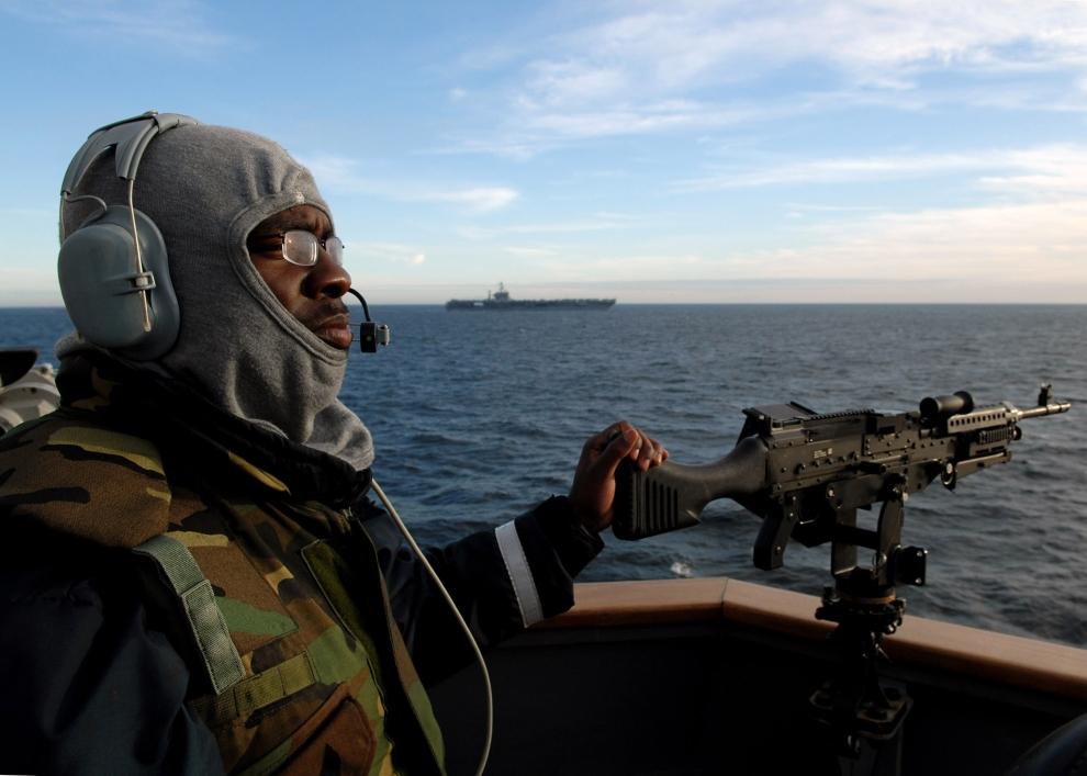 9. USS MOMSEN, PACYFIK: Stanowisko ogniowe na pokładzie USS Momsen (DDG 92) podczas ćwiczeń na morzu. (Foto: James R. Evans/U.S. Navy via Getty Images)