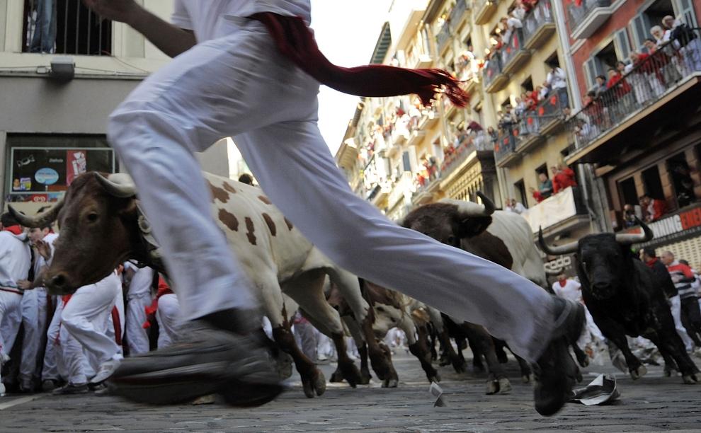 10. HISZPANIA, Pampeluna: Biegnący uczestnicy zabawy poprzedzający stado byków. (Foto: Denis Doyle/Getty Images)