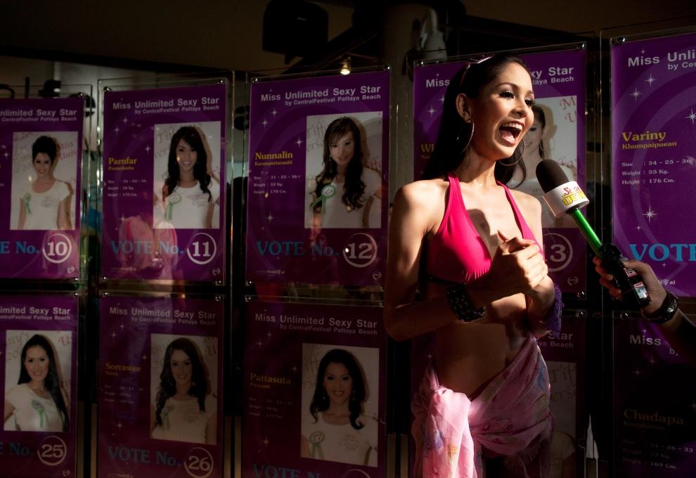 10. TAJLANDIA, Pattaya: Wirittorn Narapatarapimol ( aka Belle) udziela wywiadu jednej z lokalnych stacji telewizyjnych. (Foto: Paula Bronstein/Getty Images)