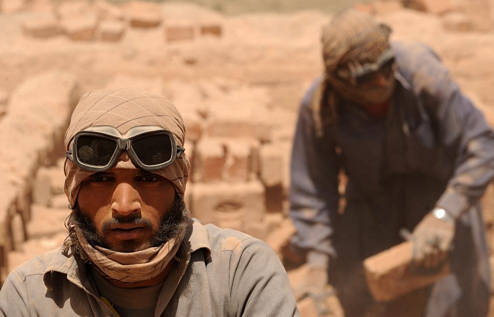 11. AFGANISTAN, Kabul: Pracownicy rozładowują piec do wypalania cegieł. AFP PHOTO/SHAH Marai