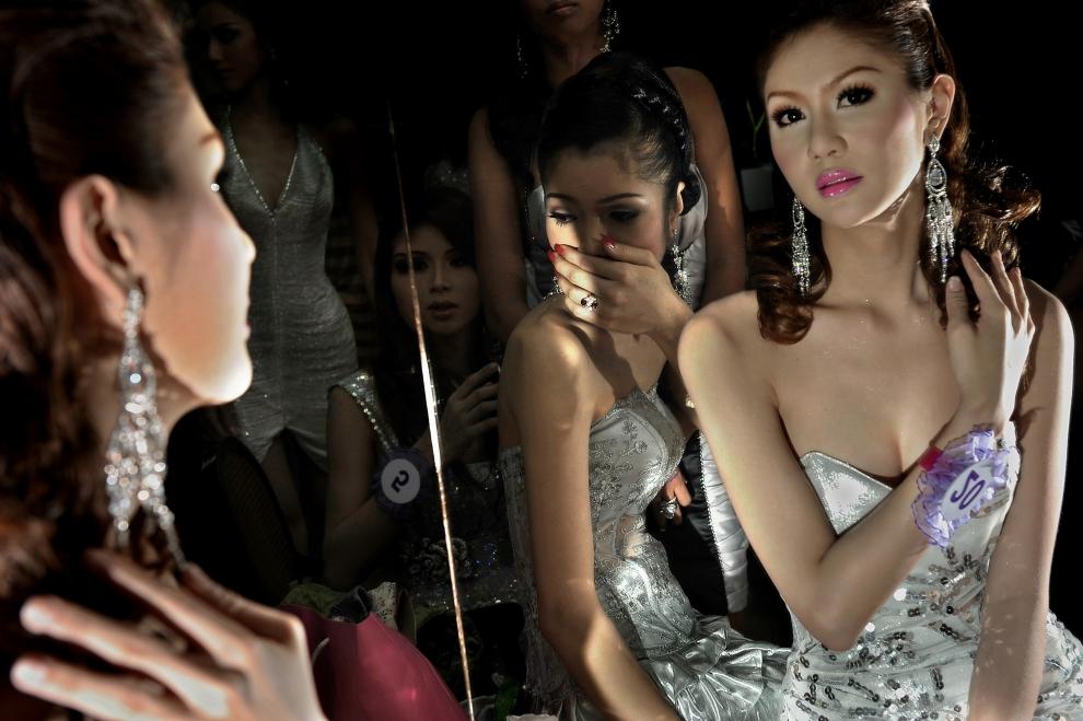 """1. TAJLANDIA, Pattaya: Uczestniczki konkursu transseksualistów """"Miss Tifffany Universe 2009"""" przygotowują się przed wejściem na scenę. AFP PHOTO / NICOLAS   ASFOURI"""