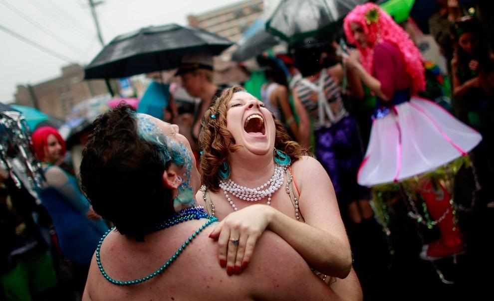 11. NOWY JORK, Brooklyn: Meghan Elizabeth tańczy przed rozpoczęciem Parady Syrenek. (Foto: Mario Tama/Getty Images)