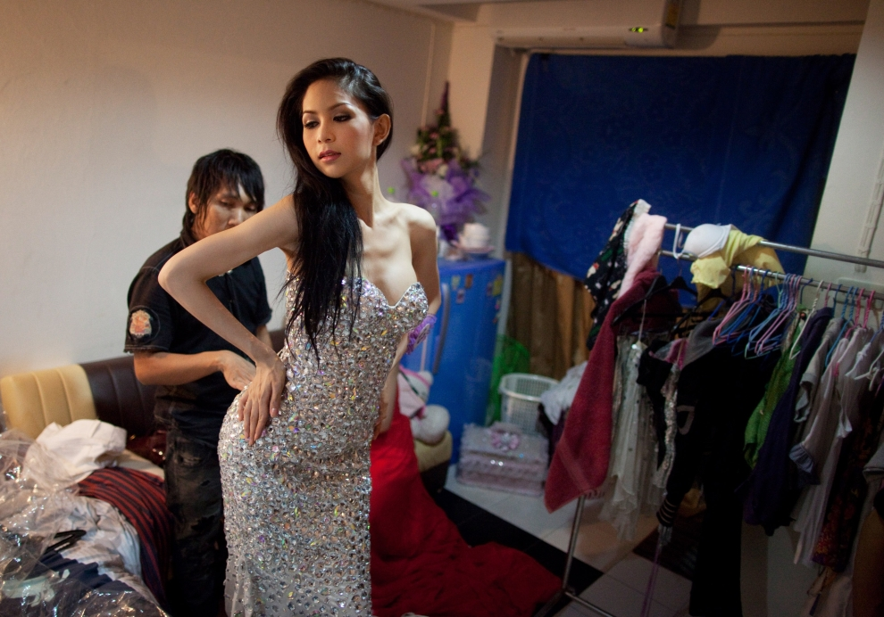 12. TAJLANDIA, Pattaya: Wirittorn Narapatarapimol (aka Belle) przymierza kreację wieczorową. (Foto: Paula Bronstein/Getty Images)