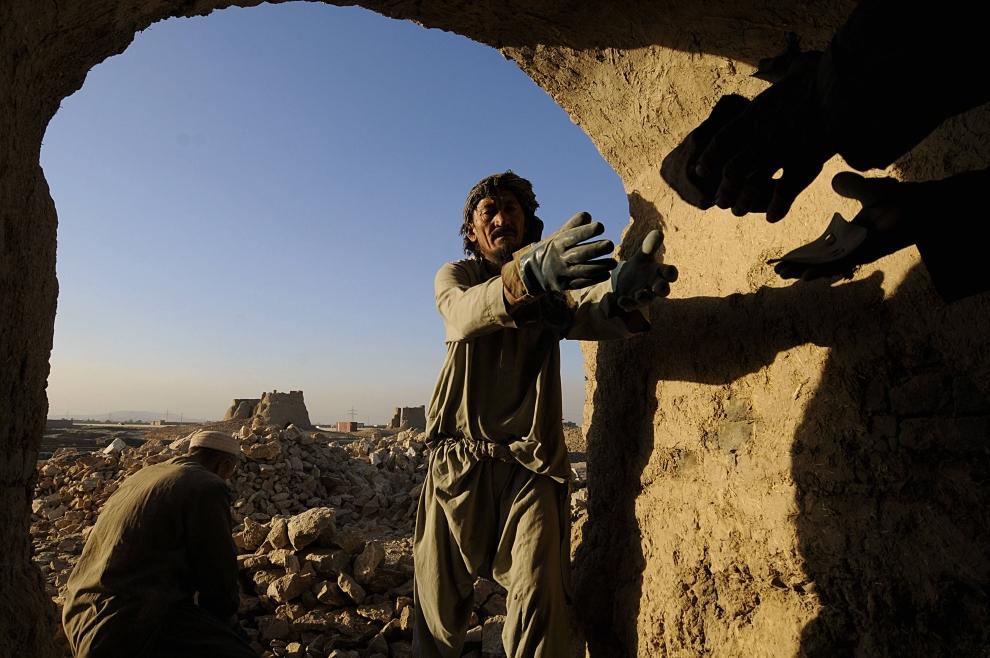 13. AFGANISTAN, Kabul: Praca przy piecu do wypalania cegieł. AFP PHOTO/SHAH Marai